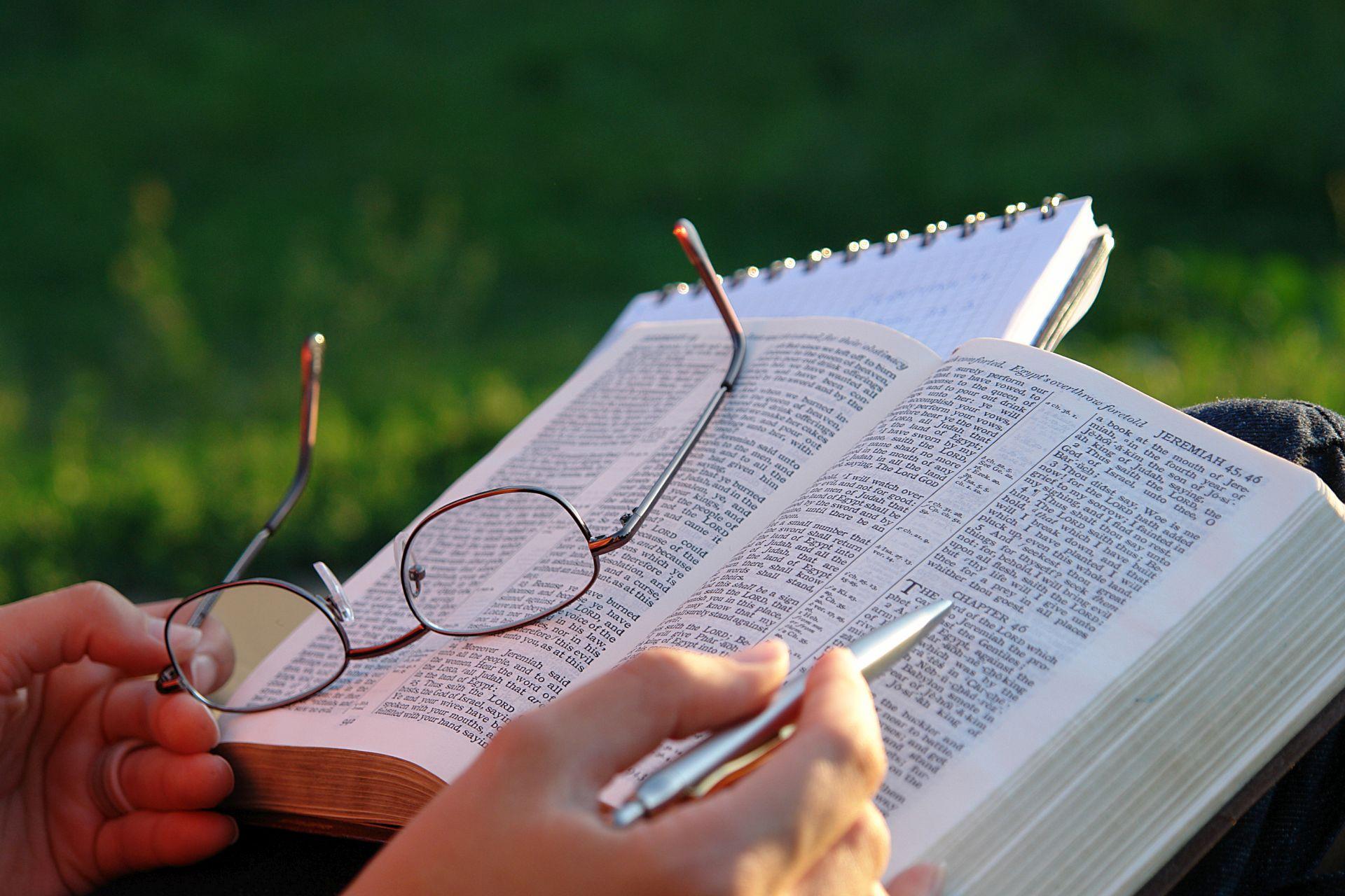 Resultado de imagem para pessoa estudando a biblia
